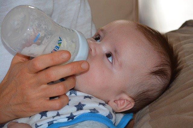 bébé qui prend son biberon facilement