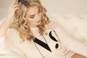 jolie cheveux bouclés blonds